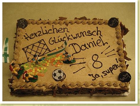 Klassische Geburtstagstorte als Platte